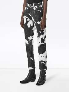 Pantalones Burberry con estampado de vaca.